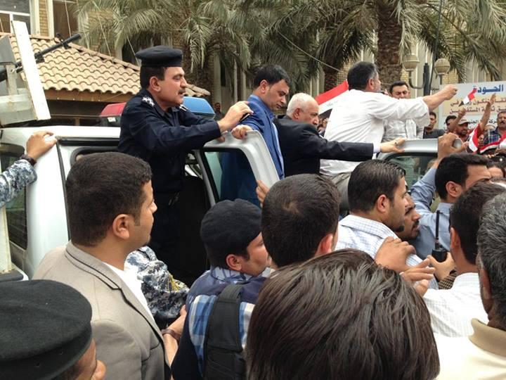 صورة مدير شركة نفط الجنوب يفاوض النتظاهرين