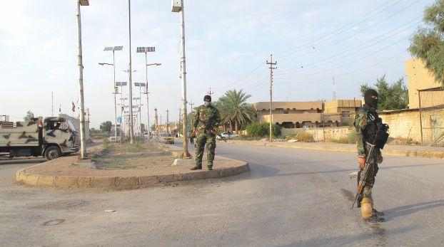 Shi'ite fighters from Saraya al-Salam, loyal to radical cleric Muqtada al-Sadr take positions during a patrol in Abu Ghraib district, west of Baghdad