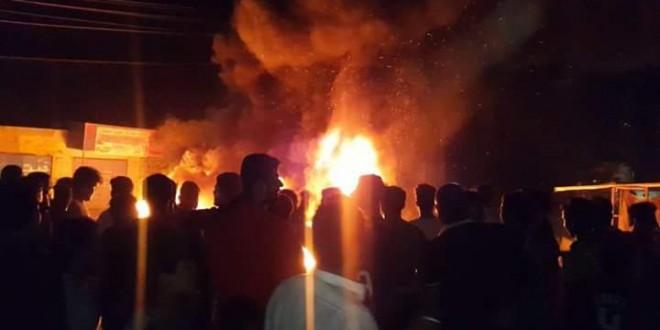 عشرات المواطنين يتظاهرون غرب البصرة ويقطعون جسر خالد احتجاجاً على انقطاع الكهرباء